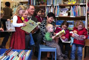 Kinder beim Vorlesen in der Stadtteilbibliothek Bessungen bei der 50 Jahr Feier am 25.02.2011
